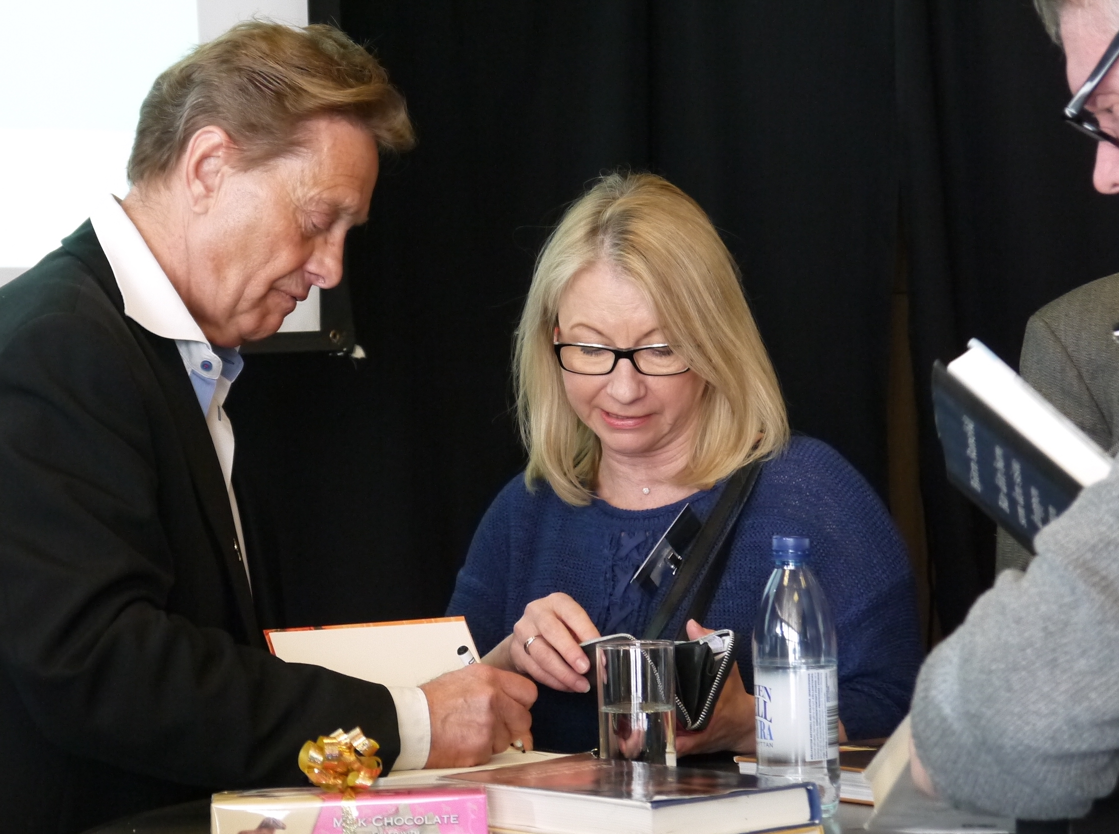 Björn Ranelid signerar